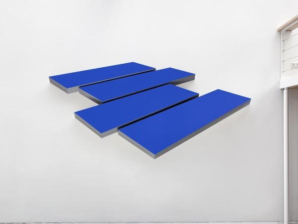 Wolfram Ullrich, Lage im Raum, 2018, acrilico su acciaio, 170x348x8 cm.