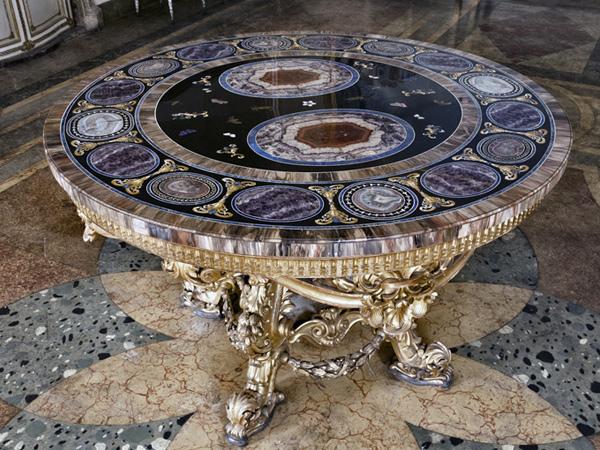Tavolo circolare con piano in pietre dure