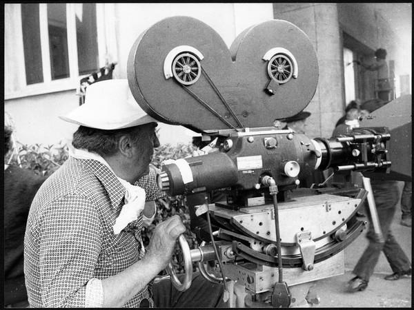 Davide Minghini, Federico Fellini sul set del film Amarcord. Roma, Cinecittà, 1973