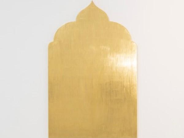 Paolo Canevari, Monumenti della Memoria (Golden works), 2019, foglia d'oro su legno, 140 x 90 cm. I Ph. Agostino Osio