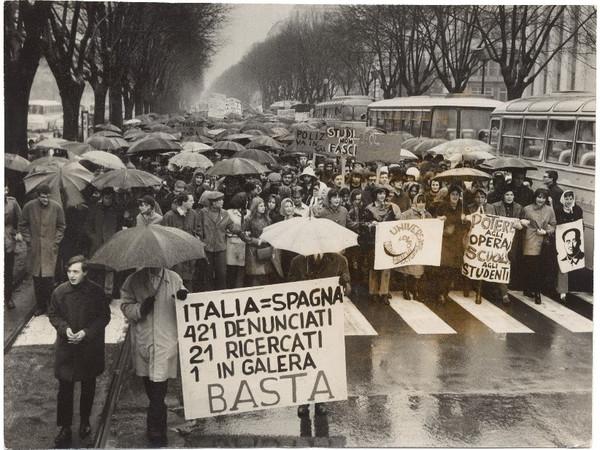Il corteo degli studenti in corso Vinzaglio si dirige verso via Cernaia, marzo 1968